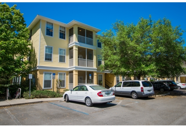 Charleston Place is centrally located in Gainesville, just a 5-10 minute drive to UF.