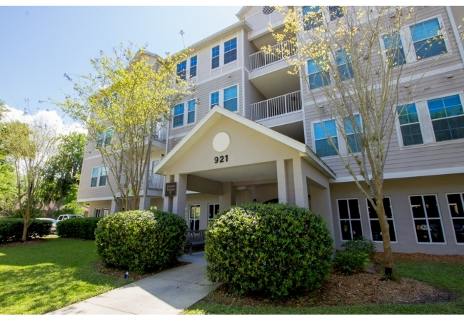 Condos at Oxford Terrace II are less than a 5 minute walk to Sorority Row near UF.